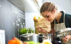 Dona de casa monta restaurante na própria cozinha e duplica sua renda